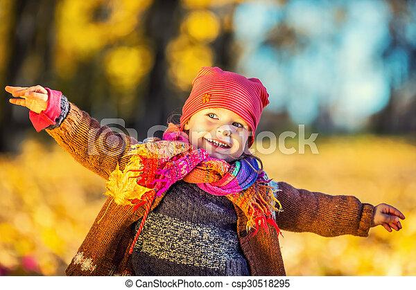 peu, parc, automne, girl, jouer, heureux - csp30518295