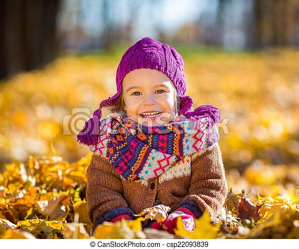 peu, parc, automne, girl, jouer, heureux - csp22093839