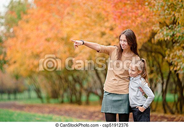 peu, parc, automne, maman, dehors, girl, jour - csp51912376