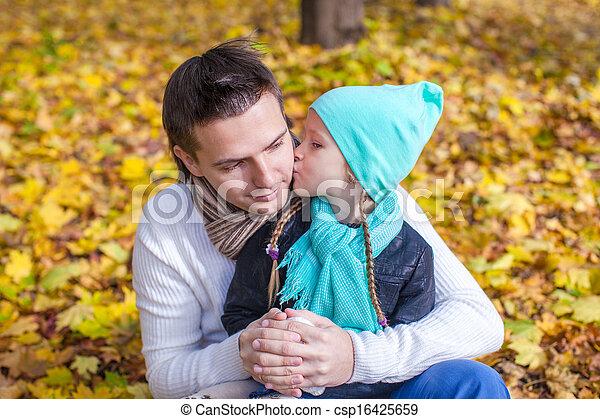 peu, parc, père, automne, dehors, baisers, girl, heureux - csp16425659