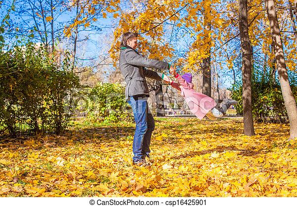 peu, parc, père, avoir, automne, ensoleillé, amusement, girl, jour, heureux - csp16425901