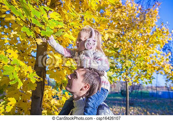peu, parc, père, avoir, automne, ensoleillé, amusement, girl, jour, heureux - csp16426107