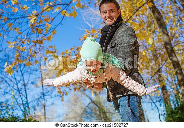 peu, parc, père, avoir, automne, ensoleillé, amusement, girl, jour, heureux - csp21502727