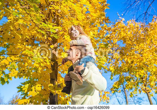 peu, parc, père, avoir, automne, ensoleillé, amusement, girl, jour, heureux - csp16426099