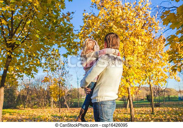 peu, parc, père, dos, automne, amusement, girl, vue, avoir, heureux - csp16426095