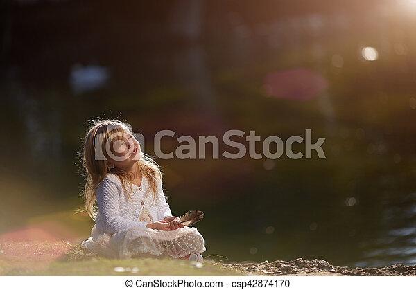 peu, séance, ensoleillé, main, stylo, girl, herbe, jour - csp42874170