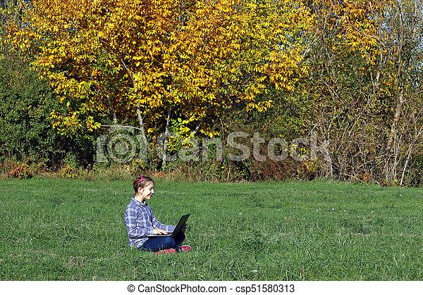peu, saison, ordinateur portable, parc, automne, girl, jouer, heureux - csp51580313