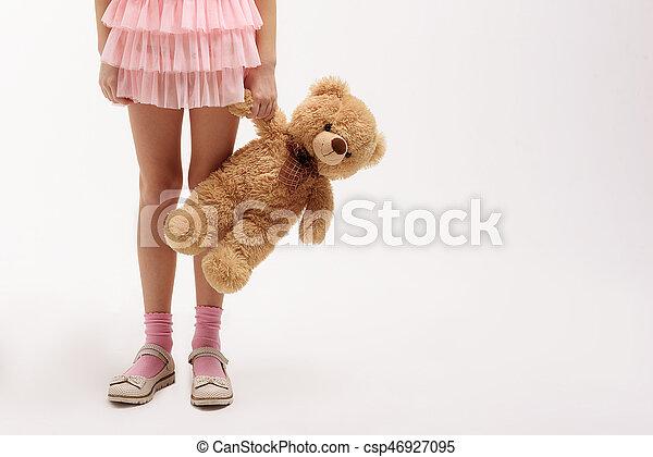 peu, teddy, garder, ours, enfant femelle - csp46927095