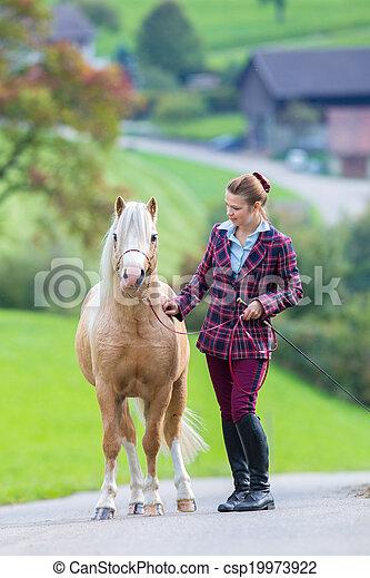 Frau pferde Hunde