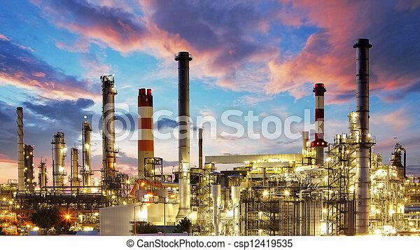 Öl- und Gasindustrie - Raffinerie in der Dämmerungsfabrik - petrochemische Anlage - csp12419535