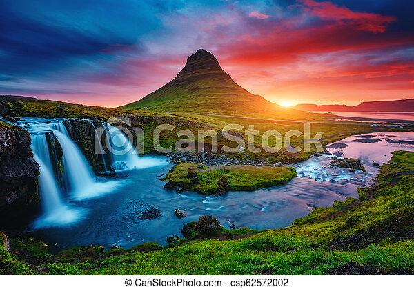 phantastisch, abend, kirkjufell, wasserfall, kirkjufellsfoss, island, berühmter ort, ort, europe., volcano. - csp62572002