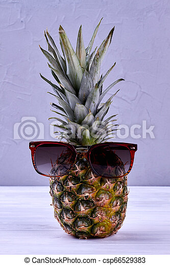 Piña hawaiana con gafas de sol. - csp66529383