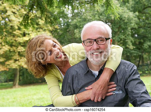 più vecchia coppia, attraente, fuori, ritratto, sorridente - csp16074254