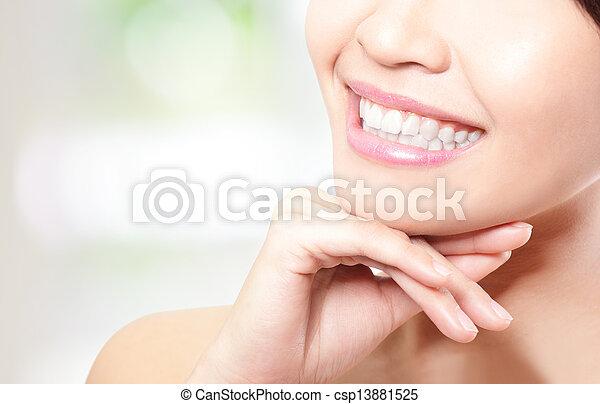 piękna kobieta, młody, do góry, zęby, zamknięcie - csp13881525