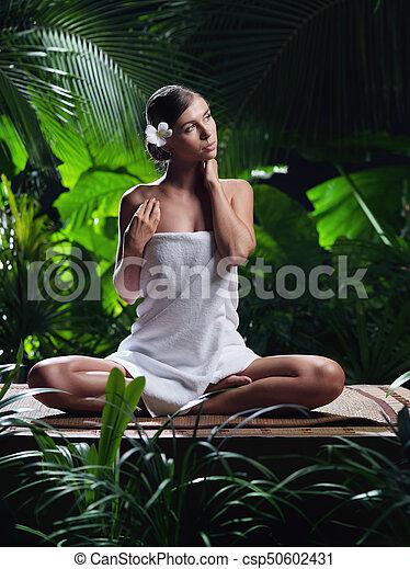 piękna kobieta, młody, environment., portret, zdrój - csp50602431