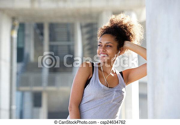 piękna kobieta, młody, lekkoatletyka, uśmiechanie się, earphones - csp24634762
