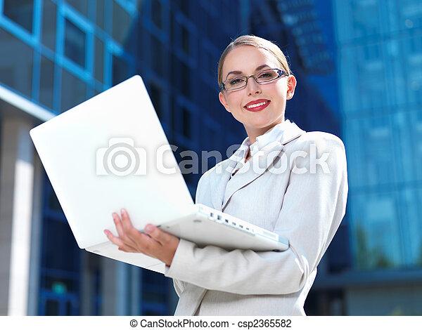 piękny, na wolnym powietrzu, szczęśliwy, miasto, ceo, nowoczesny, kobieta interesu, laptop, pokaz, keywords, praca, gmach, uśmiech, błękitny, stanie samica, praca, tytuł, na wolnym powietrzu, biuro, młody, przyszłość, komputer, kaukaski, wykonawca, profesjonalny, finansowy, kobieta, rozumny, handlowy, powodzenie, łączyć, nowoczesny, kierunek, doradca, handlowy, ekran, pociągający, zaufany, zbiorowy, okupacja, lider, mądry, gmach, kariera, finanse, technologia, sprytny, piękno, przewodnictwo, garnitur, legenda, dziewczyna, pomyślny, zewnątrz, piękny - csp2365582
