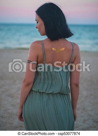 Piękny Tatuaże Kobieta Brunetka Fason Siła Robocza Plaża Błysk Dama Wstecz Długi Forehead Patrząc Cygan Boho Na Wolnym Powietrzu
