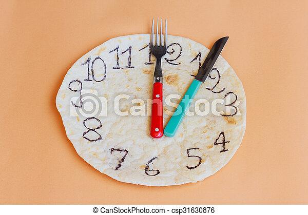Un reloj hecho de piadina marca el almuerzo - csp31630876