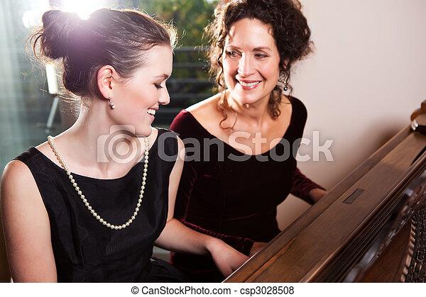 piano fille jouer m re fille ensemble m re portrait piano joue heureux. Black Bedroom Furniture Sets. Home Design Ideas