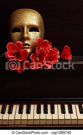 Máscara de oro en el piano - csp1289748