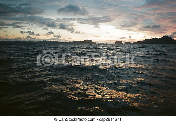 Mar picado al atardecer - csp2614671