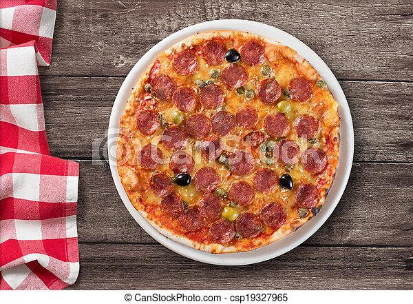 Pizza con salami en la mesa de madera con mantel de picnic - csp19327965