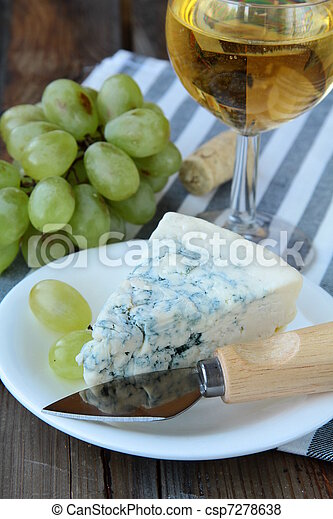 piece of blue cheese, grapes - csp7278638