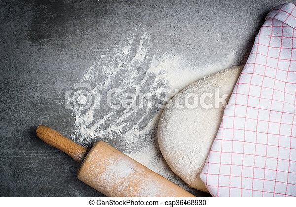 La pasta, la harina y el rodillo en una mesa de piedra - csp36468930