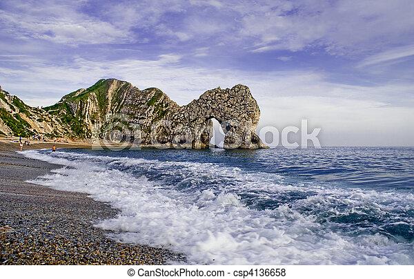 Lulworth Cove, un arco natural causado por erosión de piedra caliza. - csp4136658