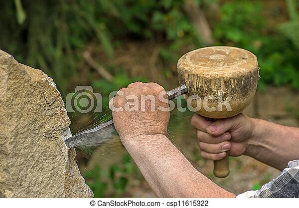 Escultor trabajando en una escultura de piedra - csp11615322