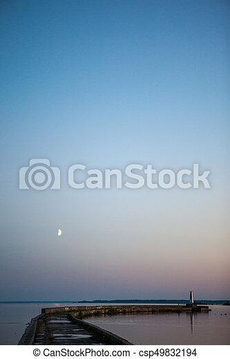 El muelle en el mar. El muelle de piedra para pescar - csp49832194
