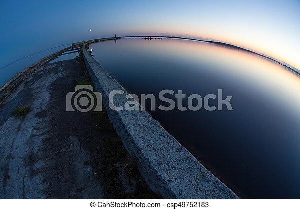 El muelle en el mar. El muelle de piedra para pescar - csp49752183