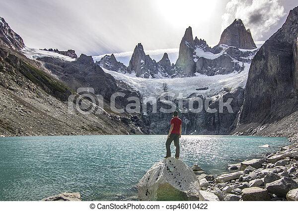 El hombre de pie en la piedra sobre el lago cerca de Fitz roy Mountain, Patagonia - csp46010422