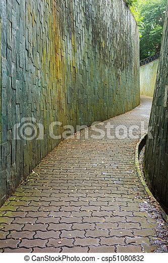 Stone camina por el túnel en Fort Canning Park, Singapur - csp51080832