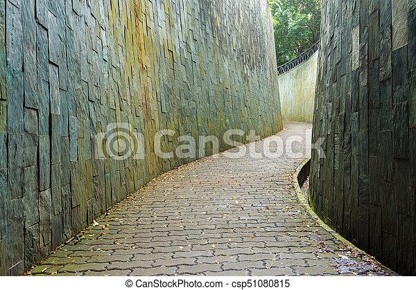 Stone camina por el túnel en Fort Canning Park, Singapur - csp51080815