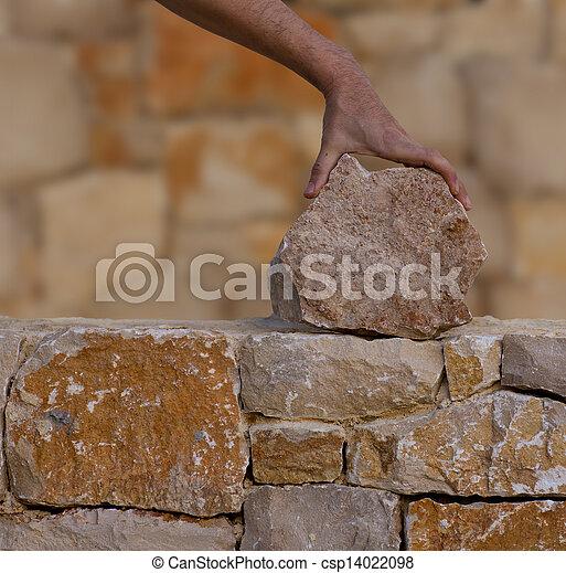 Manos de Mason trabajando en la pared de piedra Mason - csp14022098
