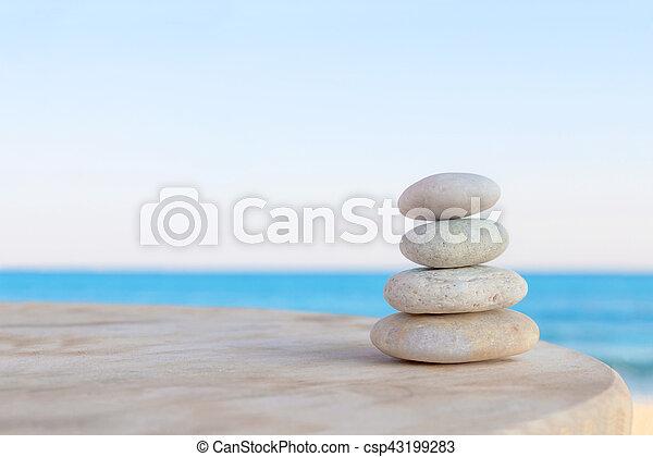 piedras hermoso zen fondo velado equilibrado varios playa foto de archivo - Piedras Zen
