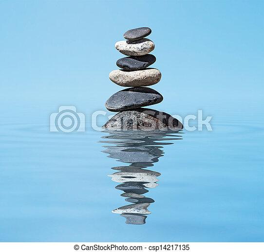 Antecedentes de meditación Zen, piedras balanceadas amontonadas en agua con reflexión - csp14217135