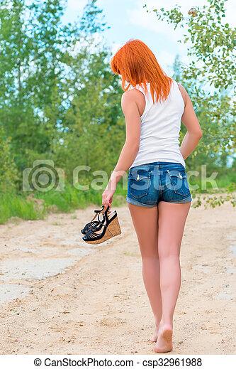 pieds nue, short, t-shirt, dehors, girl, vue postérieure - csp32961988