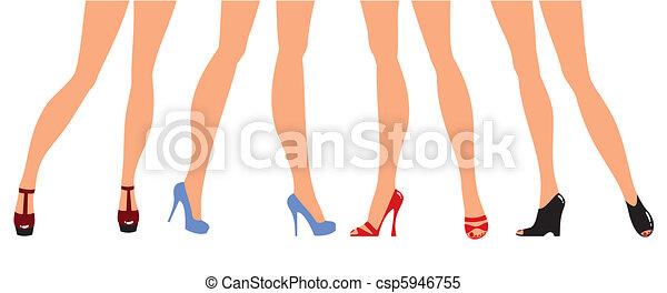 Piernas femeninas en zapatos de diseñador - csp5946755