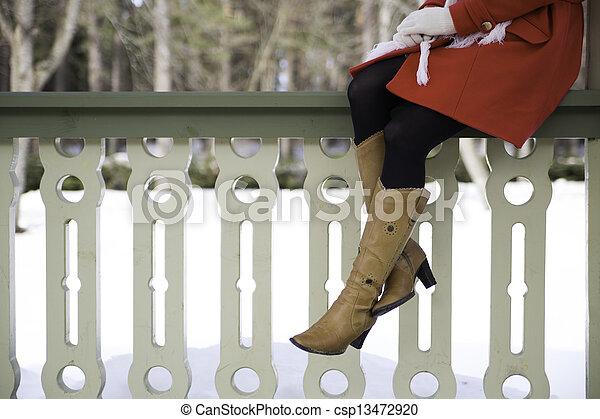 Piernas de mujer con botas en la terraza - csp13472920