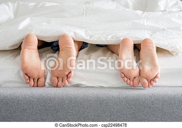 pies, dulce, parejas, suelas, cama - csp22498478