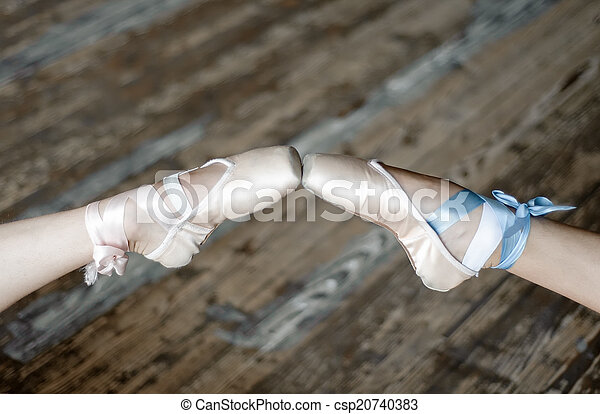 Pies puntiagudos en zapatos de ballet - csp20740383