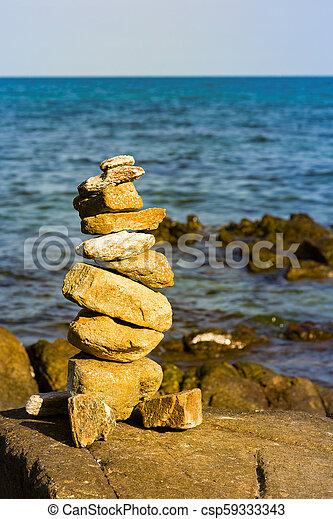 Balance de piedra con horizonte oceánico - csp59333343