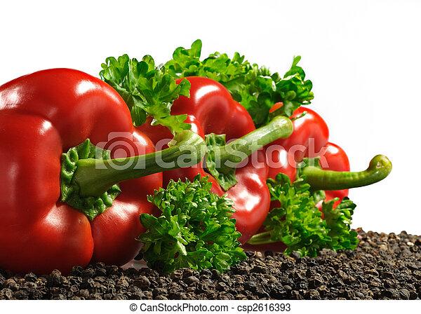 Paprika roja con pimienta negra y perejil aislados en blanco - csp2616393