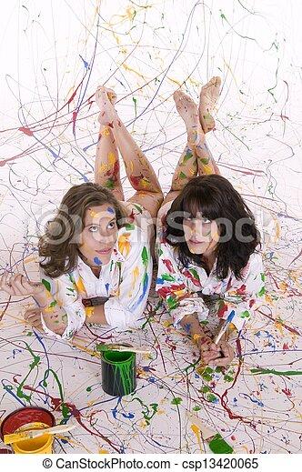 Dos mujeres pintando - csp13420065