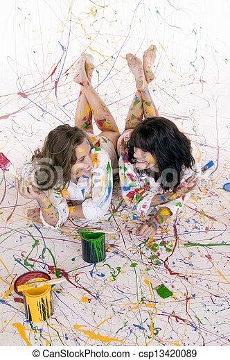 Dos mujeres pintando - csp13420089