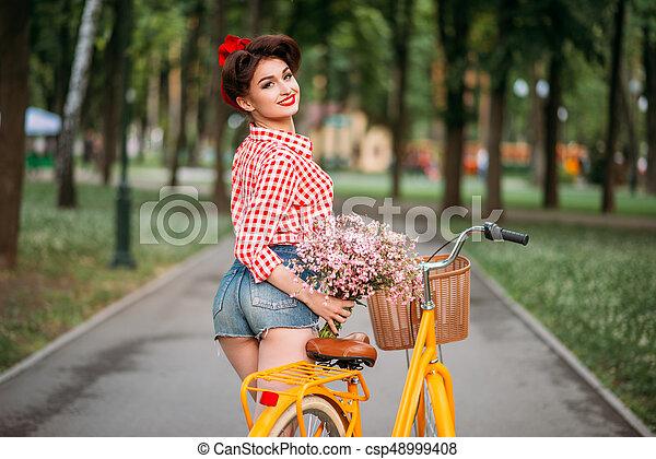 Pinup, rower, backet, retro, dziewczyna, kwiaty. Styl