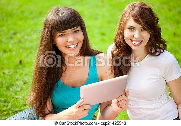 pique-nique, tablette, parc, deux, pc, femmes - csp21425543